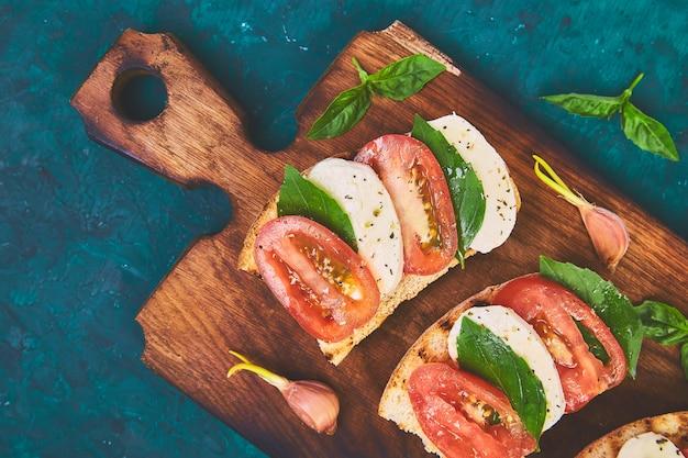 Bruschetta con tomate, queso mozzarella y albahaca
