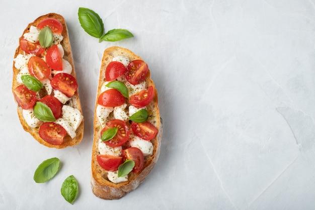 Bruschetta con tomate, queso mozzarella y albahaca.