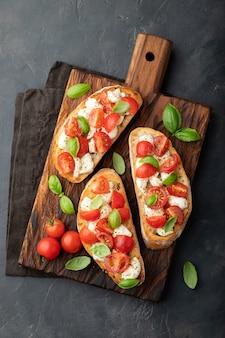 Bruschetta con tomate, queso mozzarella.
