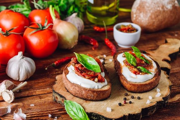 Bruschetta con tomates secos y salsa picante