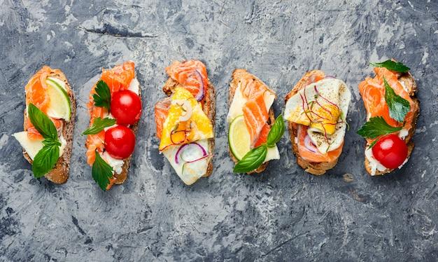 Bruschetta variada con pescado
