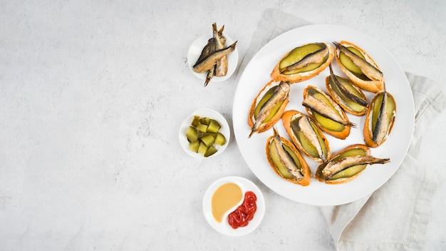 Bruschettas de espacio de copia con salsa