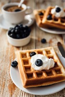 Bruselas waffles con arándanos y crema batida