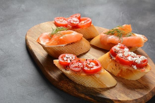 Brushetta o tapas tradicionales españolas. variedad de bocadillos pequeños