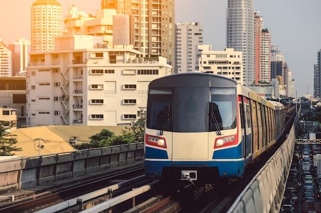 Bts sky train está funcionando en el centro de bangkok. sky train es el modo de transporte más rápido en bangkok