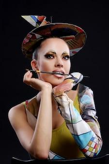 Buautiful mujer atractiva con pincel