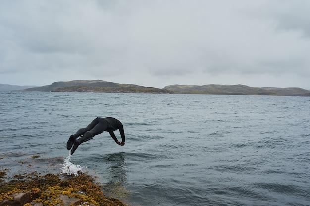 Bucear y saltar desde un barco en el lago balaton en hungría.