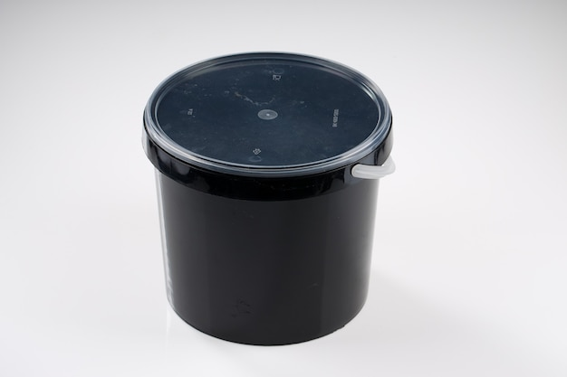 Bucket biryani container, bote biryani negro con fondo blanco.