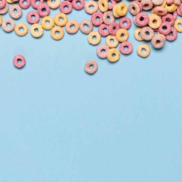 Bucles de cereales de múltiples frutas con fondo de espacio de copia