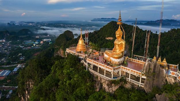 Buda en la cima de la montaña de wat tham seua (tiger cae), krabi, tailandia