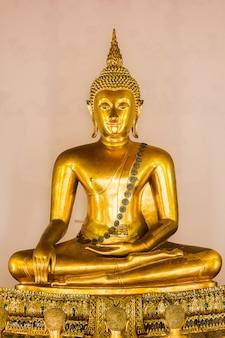 El buda de oro es hermoso que los budistas adoran.