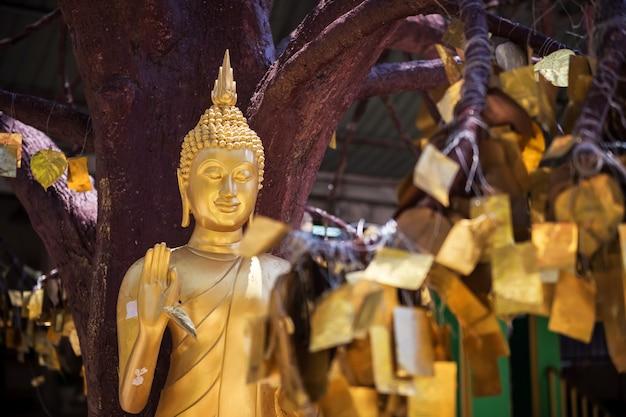 Buda de oro en el templo de la cueva del tigre, krabi
