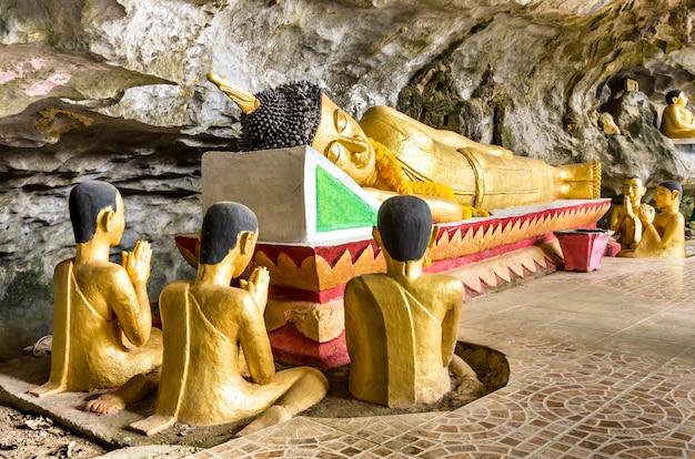 Buda reclinado - cueva del elefante en vang vieng - laos pdr