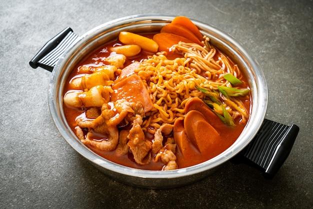 Budae jjigae o budaejjigae (estofado del ejército o estofado de base del ejército). está cargado de kimchi, spam, salchichas, fideos ramen y mucho más: el popular estilo de comida coreana de olla caliente.