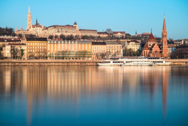 Budapest al otro lado del río con reflejo