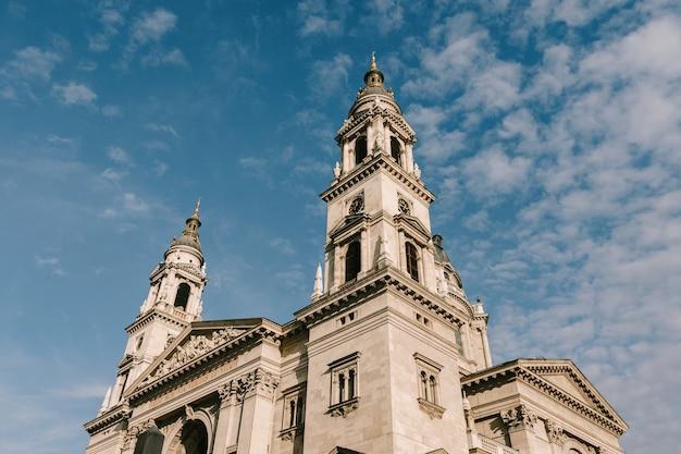 Budapest, la basílica de san esteban contra el fondo de cielo azul y nubes blancas