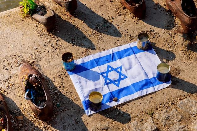 Budapest, hungría calza el memorial del danubio, que conmemora a los inocentes judíos fusilados
