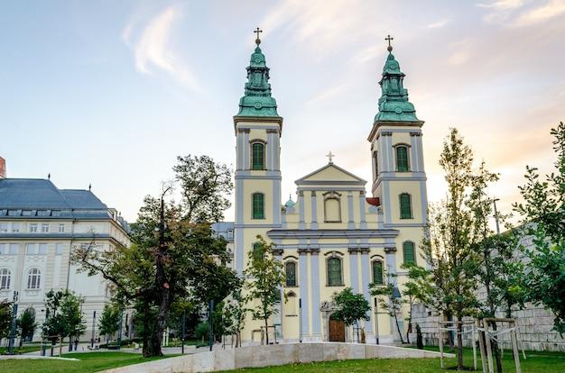 Budapest, hungría, iglesia de la asunción iglesia de la ciudad interior
