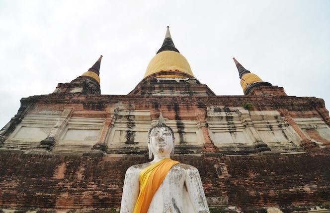 Buddhas y pagoda en wat yai chai mongkol en ayutthaya, tailandia