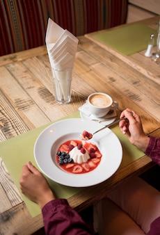 Budín de leche cremoso con mermelada y moras, arándanos, fresa.