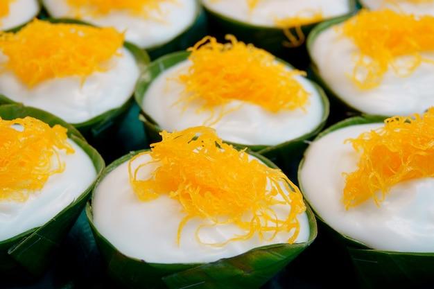 Budín tailandés tradicional con cobertura de coco