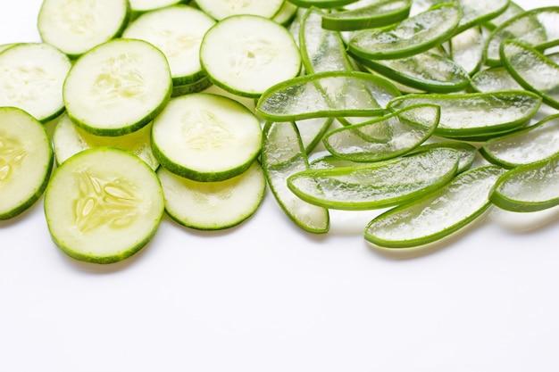 Buen cuidado de la piel y saludable con ingredientes naturales de aloe vera y pepinos aislados en blanco