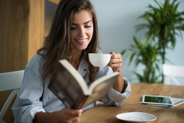 Buen libro y taza de café por la mañana.