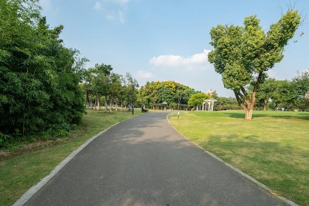 Buen tiempo y césped en el parque.