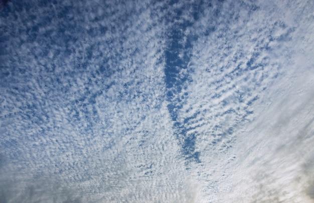 Buen tiempo nubes esponjosas blancas en el cielo azul