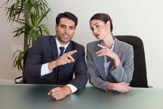 Buena gente de negocios buscando negociar