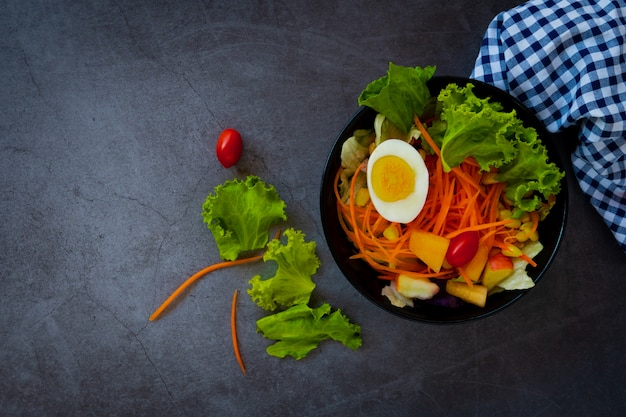 Buena salud y concepto vegetariano, saludable ensalada de vegetales verdes frescos.