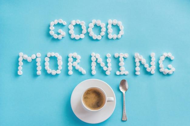 Buenos días de malvavisco y taza de café.