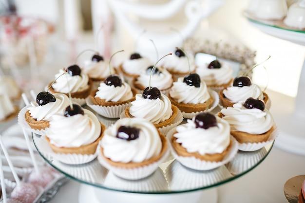 Buenos dulces de frutas en la mesa festiva
