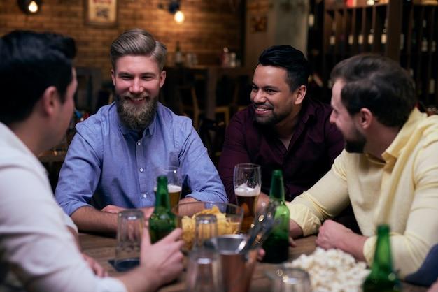 Buenos momentos con los mejores amigos en el pub.