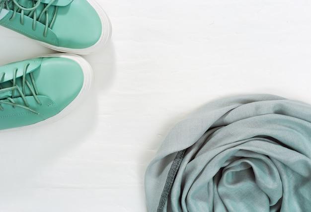 Bufanda cálida y zapatos cómodos de color brillante. moda y diseño de ropa de abrigo. vista superior. endecha plana. copia espacio