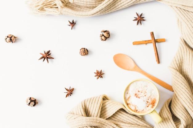 Bufanda y cuchara junto a café y especias.