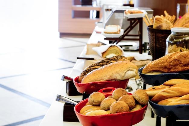 Bufet con diferentes tipos de pan Foto gratis
