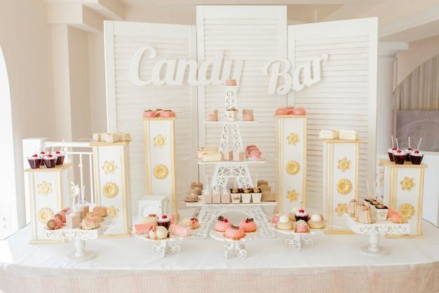 Buffet dulce con pastelitos y otros postres.