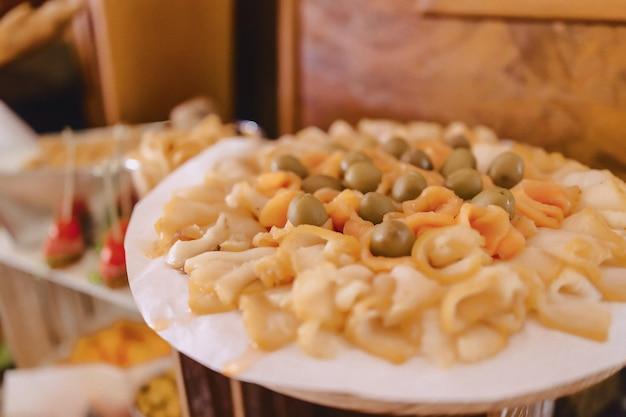 Buffet festivo salado, pescado, carne, papas fritas, bolas de queso y otras especialidades para celebrar bodas y otros eventos