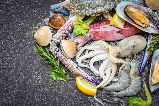 Buffet de mariscos crudos frescos con hierbas y especias