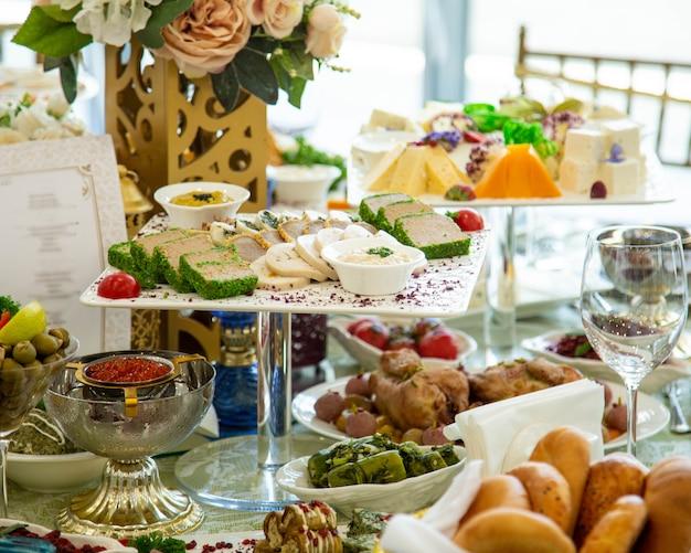 Buffet sueco con varias guarniciones y frutas.