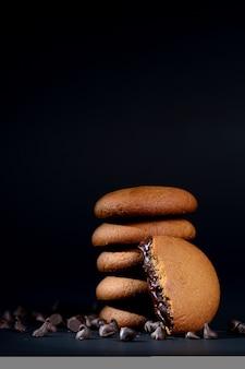 Buiscuits - pila de deliciosas galletas de crema rellenas de crema de chocolate.