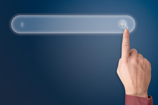 Buisnessman mano tocando el botón del fondo de la pantalla de la barra de búsqueda en blanco, concepto de negocio y tecnología, banner web. concepto de red de información de datos de navegación de búsqueda de internet