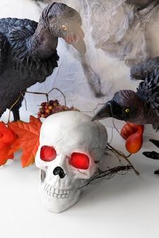 Buitres sentados cerca del cráneo