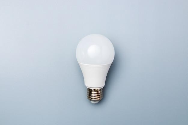 Bulbo llevado blanco contra un fondo gris con espacio de copia. concepto de eficiencia energética