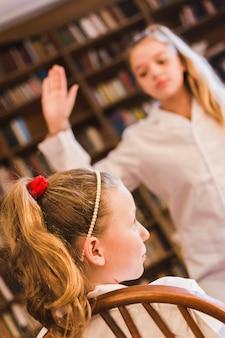 Bully balanceando el brazo para abofetear a la niña