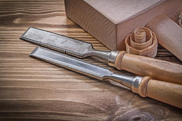 Bulto martillo cinceles rizados scobs sobre tablero de madera vintage