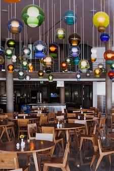 Bundestag canteen en berlín con lámparas de palast der republik