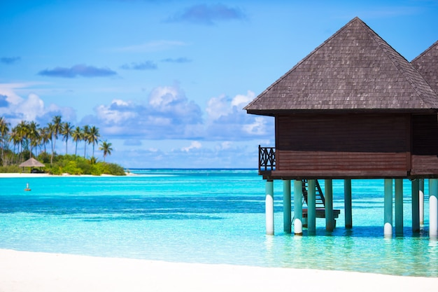 Bungalows de agua con agua turquesa en maldivas