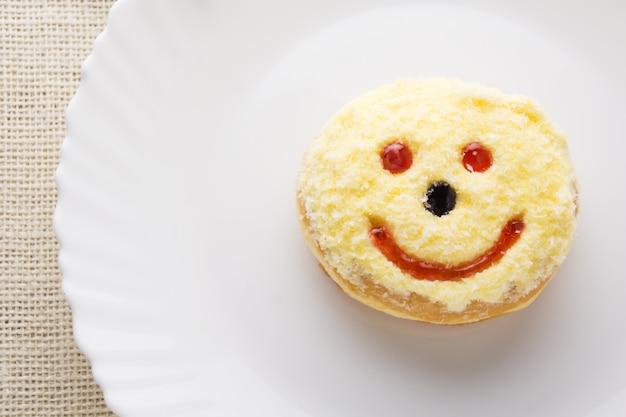 Buñuelo sonriente en un plato, buñuelo